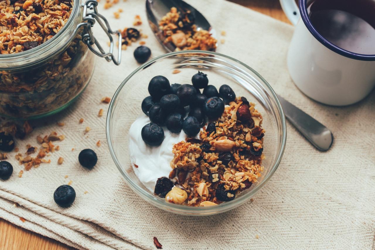 Диетический йогурт с отрубями и ягодами